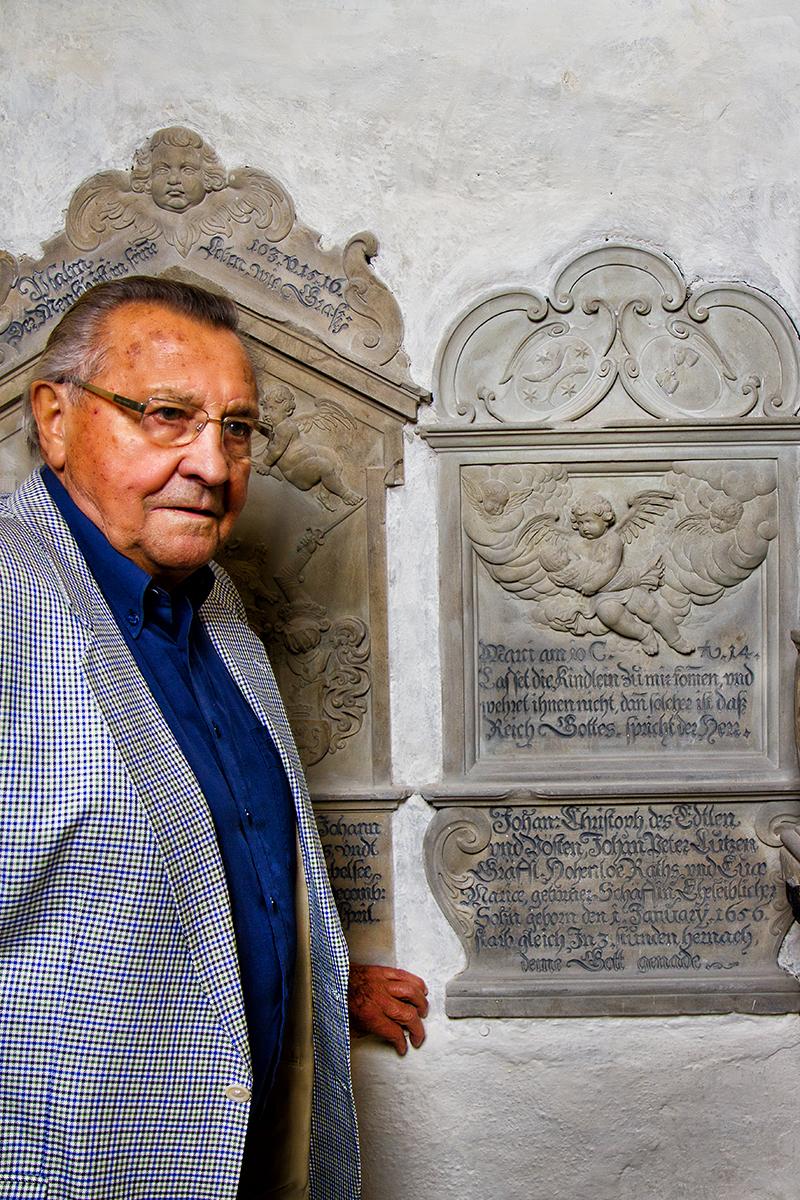 Mit einer früheren Spende von Herrn Häussler konnte dieser Grabstein restauriert werden.