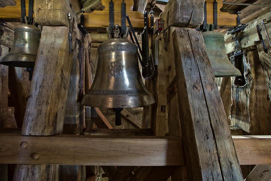 Die 3 Glocken sind im Turm. Links die Taufglocke in der MItte die neue Marienglocke und rechts die restaurierte alte Kreuzglocke.