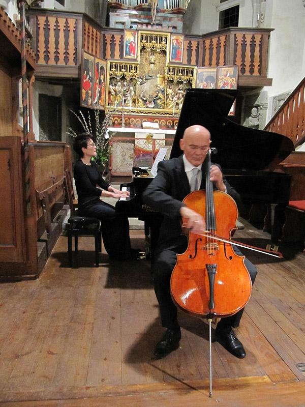 Es ist eine Premiere: Zum ersten Mal steht ein Konzertflügel in der Haller Urbanskirche. Tomoko Takahashi spielt ihn brillant. Michael Hussla ist ein souveräner Cellist. Zusammen bieten sie feine Kammermusik.