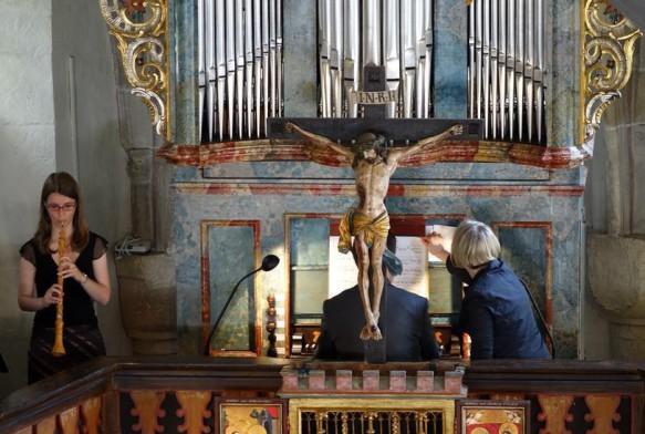 Ungewöhnlicher Blick auf den Organisten Professor Daniel Maurer: Er sitzt im Wortsinne hinter dem Heiland. Links Katharina Andres an der Barock-Oboe. Foto: deh